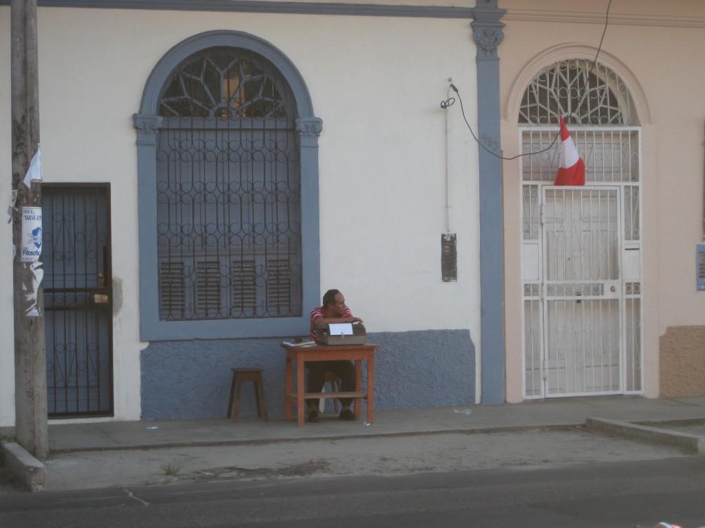 Schreibdienste werden angeboten. Auf den Straßen von Iquitos, Peru