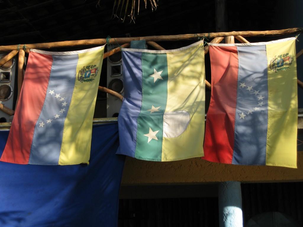 Nationalflagge Venezuelas an einer Restaurant-Hütte an einem Strand auf der Isla de Margarita