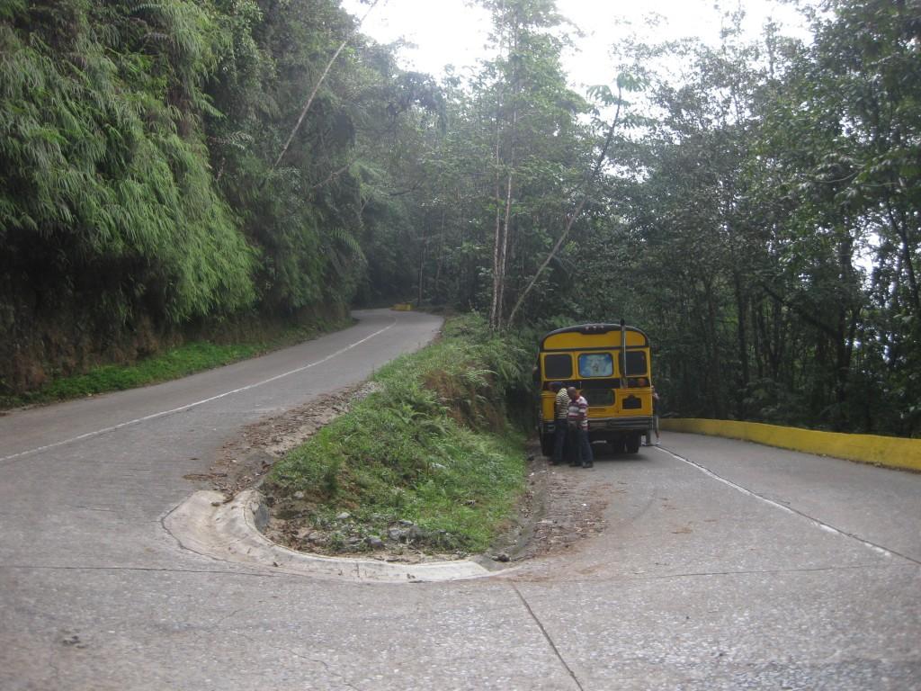 Bus-Check und gleichzeitig Pinkelpause, auf dem Weg von Maracay nach Choroní