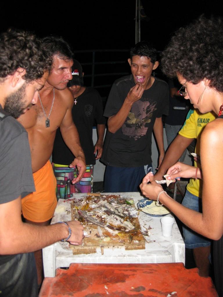 Latinos sind meist recht gesellig. Auf dem Amazonas-Dampfer werden wir von Einheimischen zu einer Fisch-Grillerei eingeladen. Es geht - wie man sieht - rustikal zu