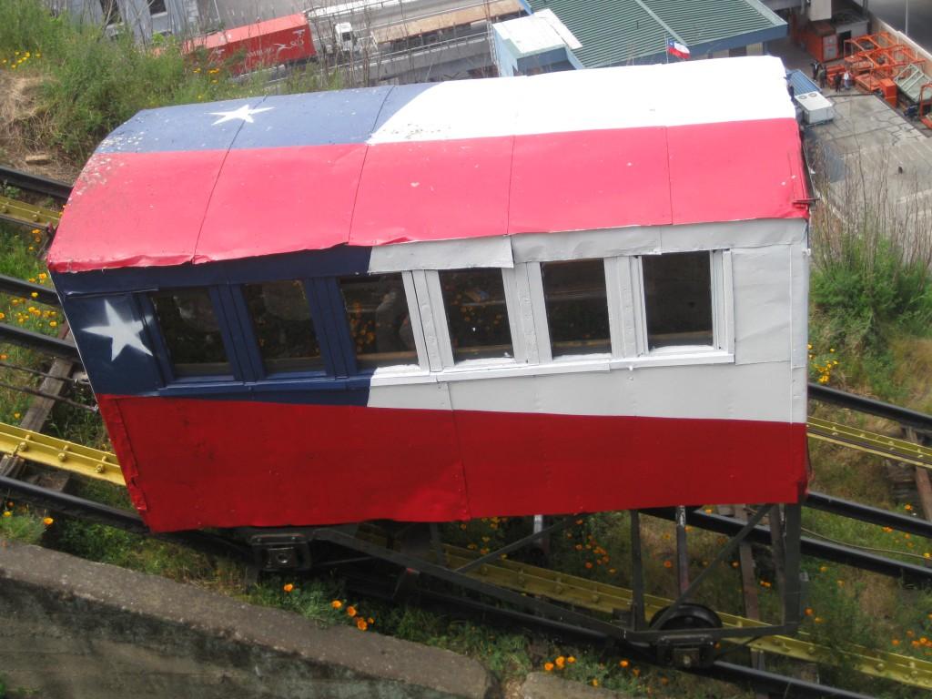Eine der bekannten Bahnen in Valparaíso, bemalt in den Nationalfarben. Die Chilenen zeigen gerne Flagge