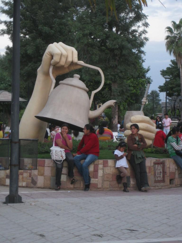 Mate-Kanne, Mate-Becher und Mate-Strohhalm (Bombilla genannt). Auf einem Platz in Villa Montes, Bolivien