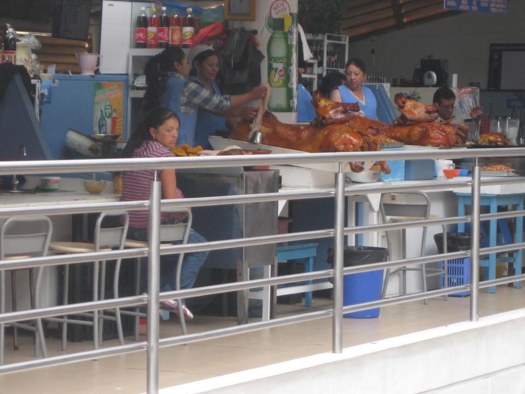 Vom ganzen Schwein wird ein ecuadorianischer Klassiker serviert: Hornado
