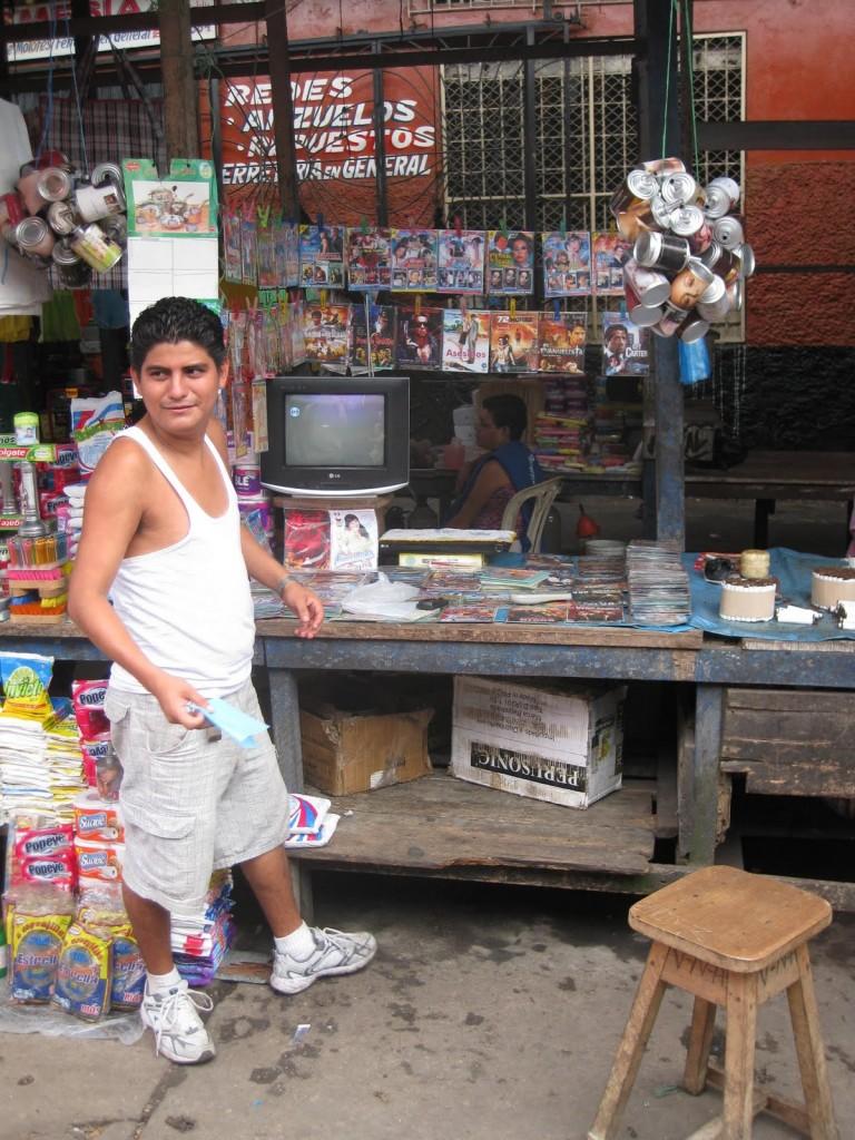 Der Musik-Händler meines Vertrauens auf dem Markt in Iquitos im peruanischen Amazonasgebiet. Im kaufte ich ein paar CDs ab, garantiert original